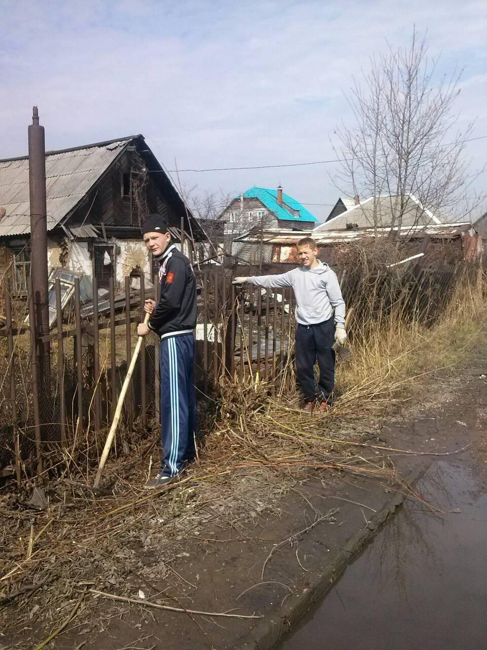 Помощь пожилым гражданам района в уборке территории